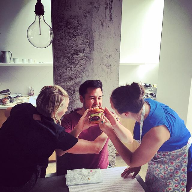 It's all about the burger with @botanygeek  and @nataliejmt #jameswong #foodphotography #behindthescenes