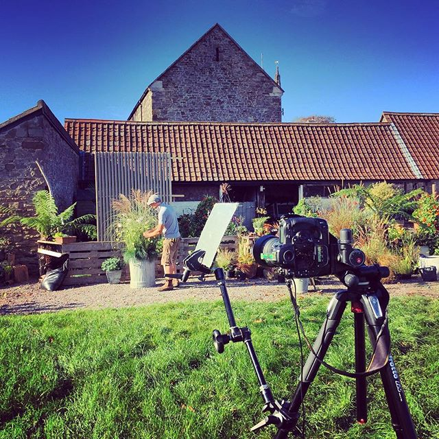 Beautiful clear blue skies for today's shoot with @bob_purnell @gardendesignmag #bobpurnell #containergardening #gardenphotographer #gardenphotography #gardensetdesign